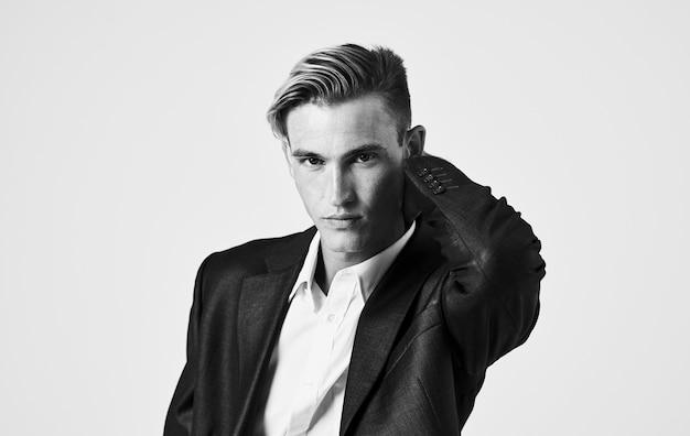 Hübscher kerl in einer klassischen anzugfrisur-schwarzweiss-fotografie. hochwertiges foto