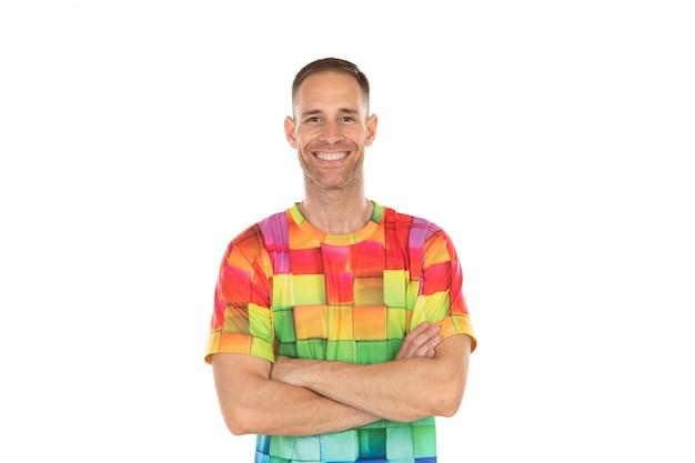 Hübscher kerl mit einem farbigen t-shirt