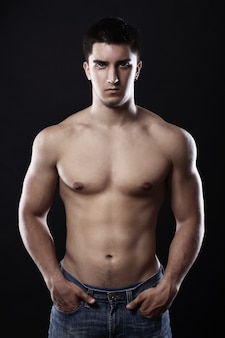 Hübscher kerl mit muskulösem körper