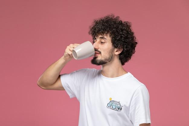 Hübscher kerl nippt an seinem kaffee