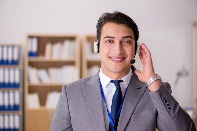 Hübscher kundendienstsekretär mit kopfhörer