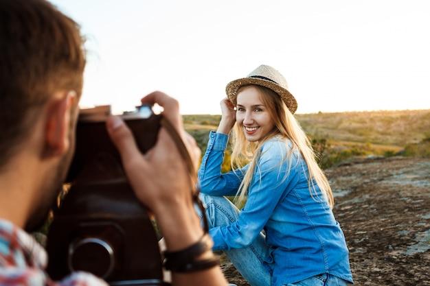 Hübscher männlicher fotograf, der foto seiner freundin macht