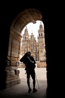 Hübscher männlicher reisender in einer historischen kathedrale