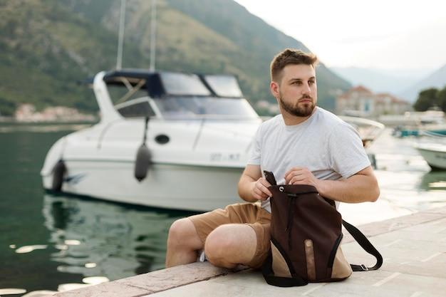 Hübscher männlicher reisender in montenegro