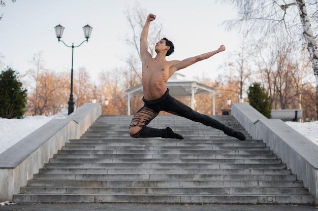 Hübscher mann, der ballett durchführt