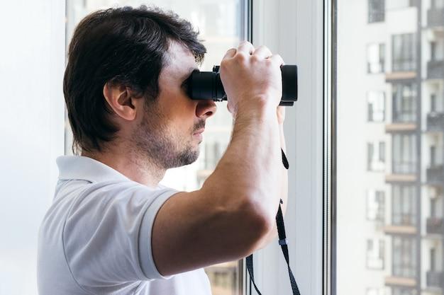 Spionage Nachbar durch Fenster