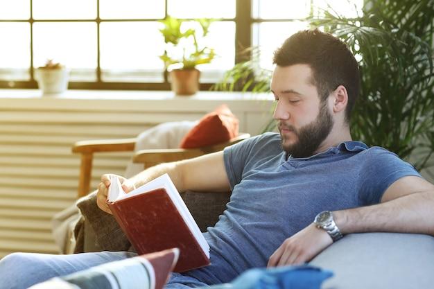 Hübscher mann, der ein buch in der kutsche liest