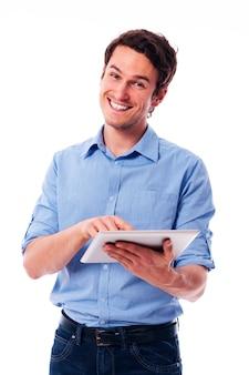Hübscher mann, der ein digitales tablett verwendet