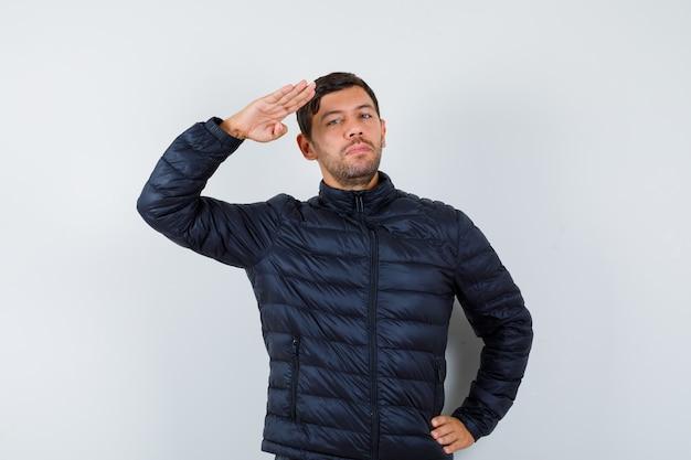 Hübscher mann, der eine bomberjacke trägt