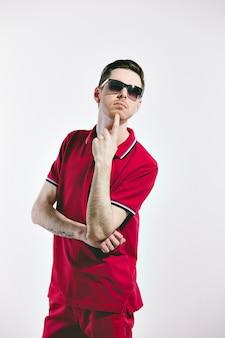 Hübscher mann, der gestylte sonnenbrille und marsala-kleidung trägt