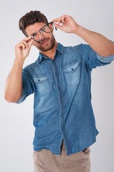 Hübscher mann, der modebrille trägt