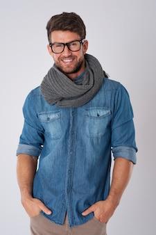 Hübscher mann, der modebrille und schal trägt