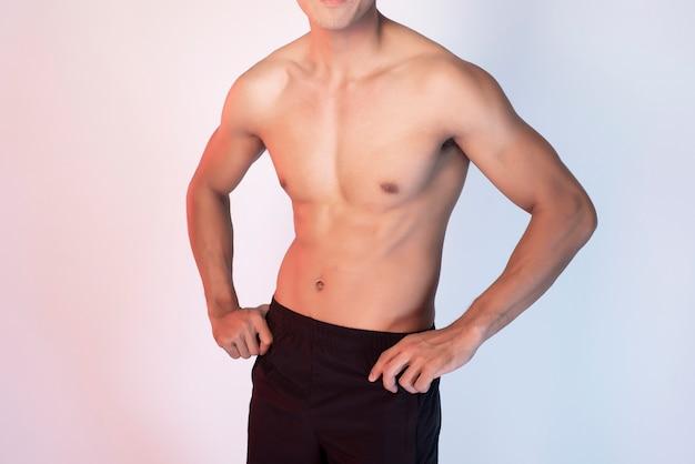Hübscher mann der muskulösen eignung