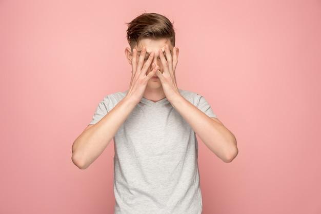 Hübscher mann im stress lokalisiert auf rosa