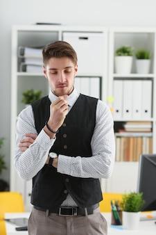 Hübscher mann in anzug und krawatte stehen im amt