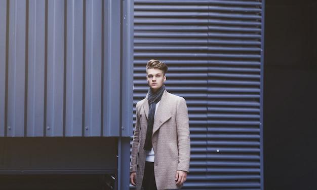 Hübscher mann in der herbst-winterkleidung, modekonzept. speicherplatz kopieren