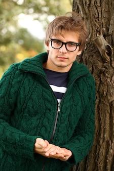 Hübscher mann mit brille