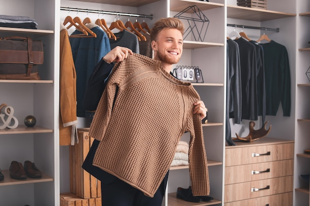 Hübscher mann mit stilvoller kleidung in der umkleidekabine