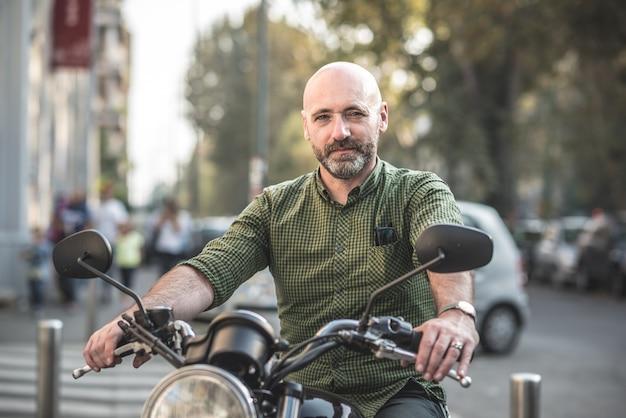 Hübscher mann mittleren alters motorradfahrer