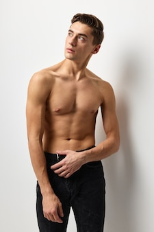 Hübscher mann nackter aufgeblähter torso attraktiver blick posierendes modell