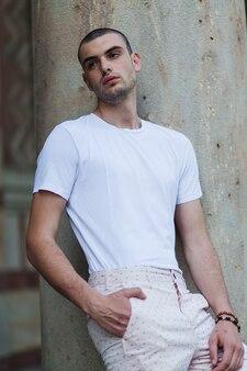 Hübscher moderner junger mann im weiß
