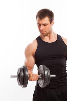 Hübscher muskulöser ausarbeitender kerl