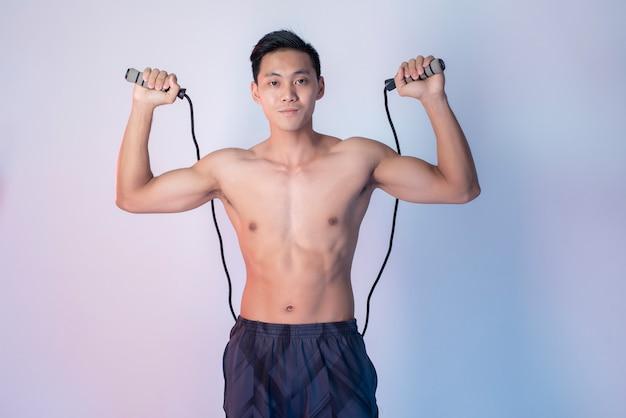 Hübscher muskulöser fitnessmann
