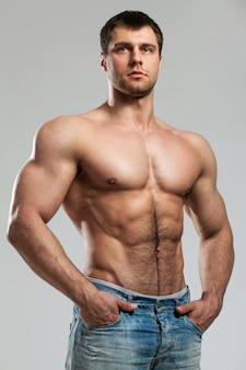 Hübscher muskulöser kerl mit dem nackten torso