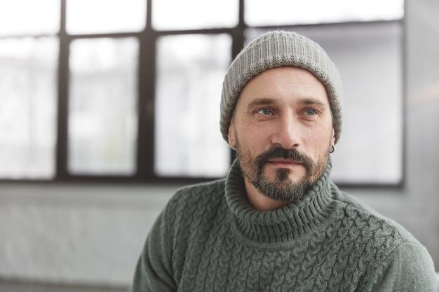 Hübscher reifer stilvoller mann mit bart und schnurrbart