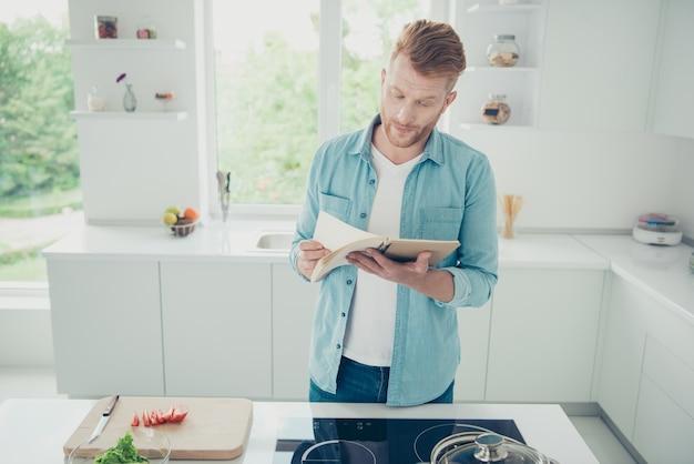 Hübscher rothaariger kerl in der küche
