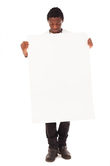 Hübscher schwarzer kerl mit leerer tabelle