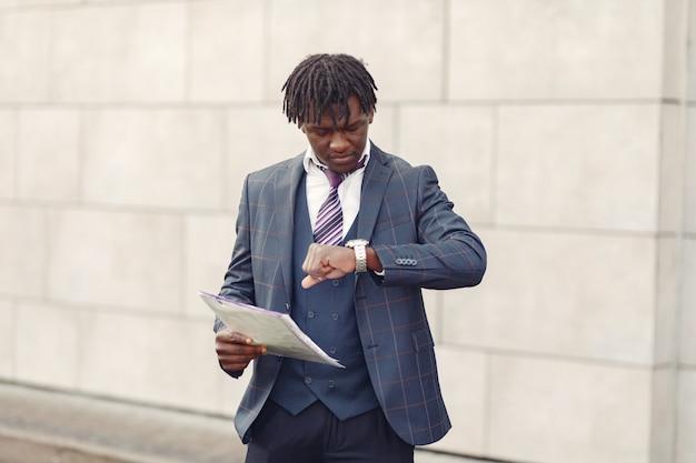 Hübscher schwarzer mann im blauen anzug