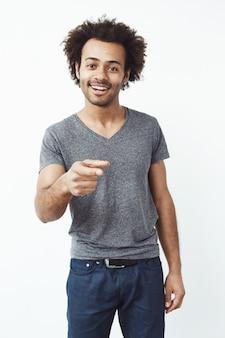 Hübscher selbstbewusster afrikanischer mann, der finger auf kamera zeigt.