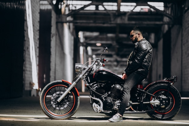 Hübscher sexy mann auf motorrad