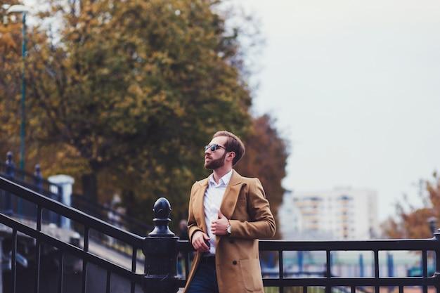 Hübscher stilvoller mann im eleganten mantel