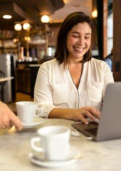 Hübscher teenager, der an ihrem laptop arbeitet