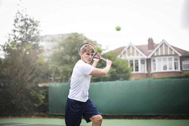 Hübscher tennisspieler, der ein match spielt
