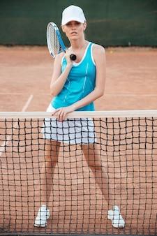 Hübscher tennisspieler mit schläger