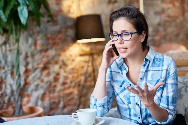 Hübscher unternehmer, der telefonverhandlungen durchführt