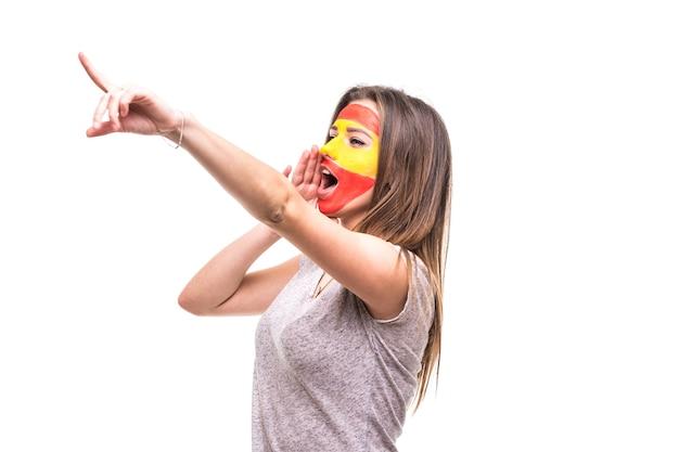 Hübscher unterstützerfan der spanischen nationalmannschaft gemaltes flaggengesicht erhalten glücklichen sieg, der spitze hand schreit. fans emotionen.