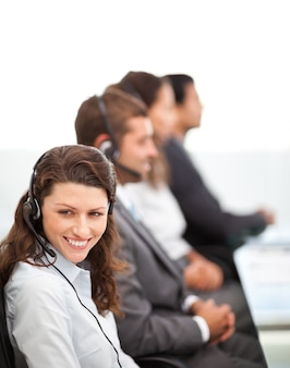 Hübscher vertreter beim arbeiten in einem call-center