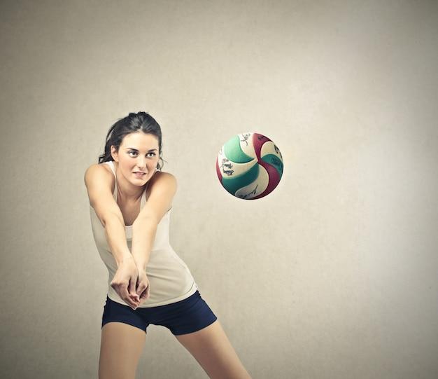 Hübscher volleyballspieler