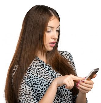 Hübscher weiblicher jugendlicher, der smartphone verwendet