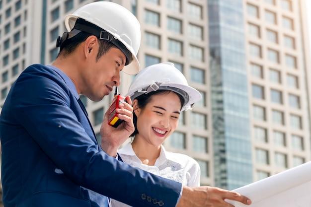 Hübscher wirtschaftsingenieur der managerin, die lächelt und über erfolgsarbeit mit partnern spricht.