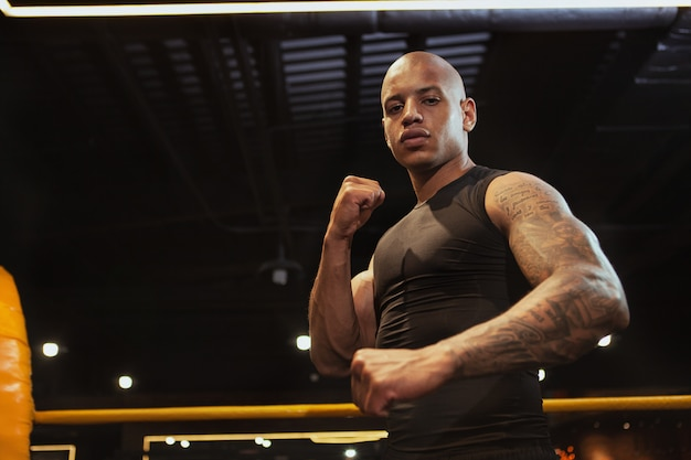 Hübsches afrikanisches männliches boxkämpfertraining an der turnhalle
