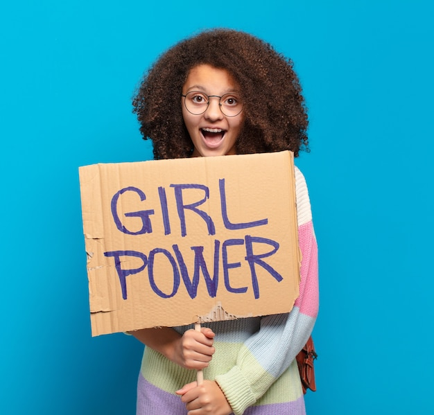 Hübsches afro-teenager-mädchen-power-konzept