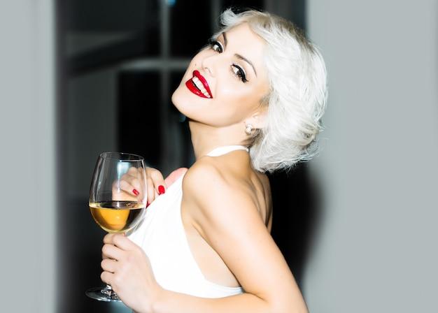 Hübsches blondes mädchenmodell wie marilyn monroe in den roten lippen