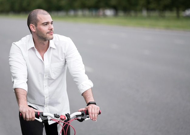 Hübsches erwachsenes männliches fahrradfahrrad im freien