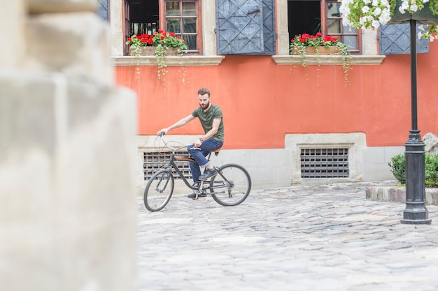 Hübsches fahrrad des jungen mannes reit