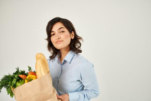 Hübsches frauenpaket mit lebensmittelgemüselieferung supermarkt hautnah close